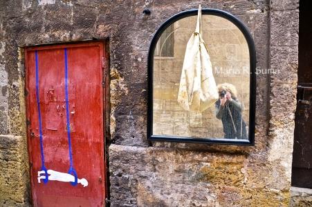 catenacci, portoni in ferro, specchio , borsa, lucchetto IO ....Borgo antico, Taranto, Puglia,